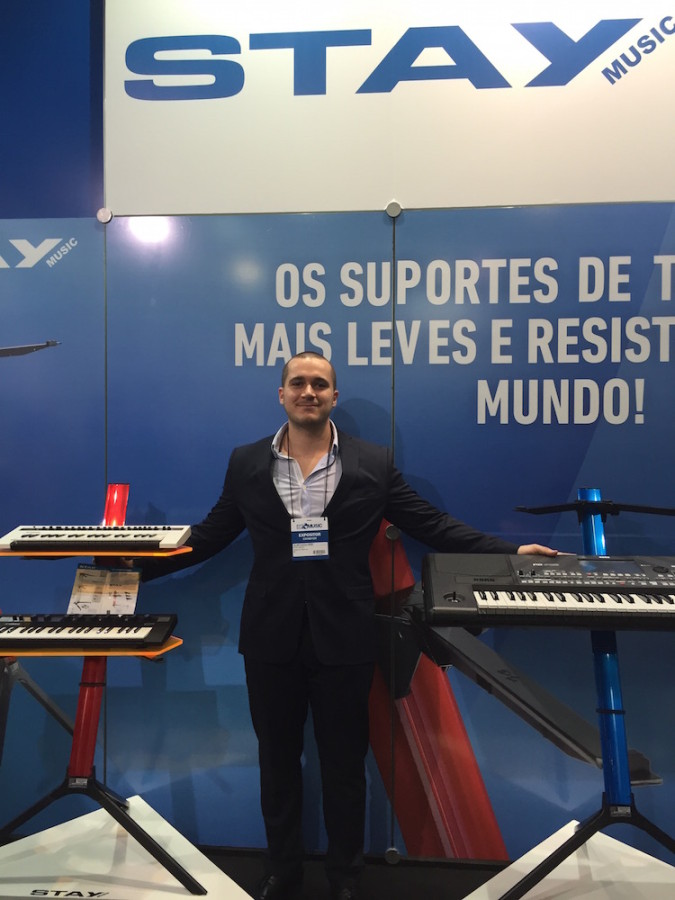 Alan Cavalheiri e o estande na Stay na Expomusic
