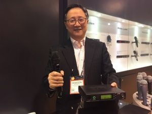 Dowson Yu da JTS apresentando o sistema na NAMM