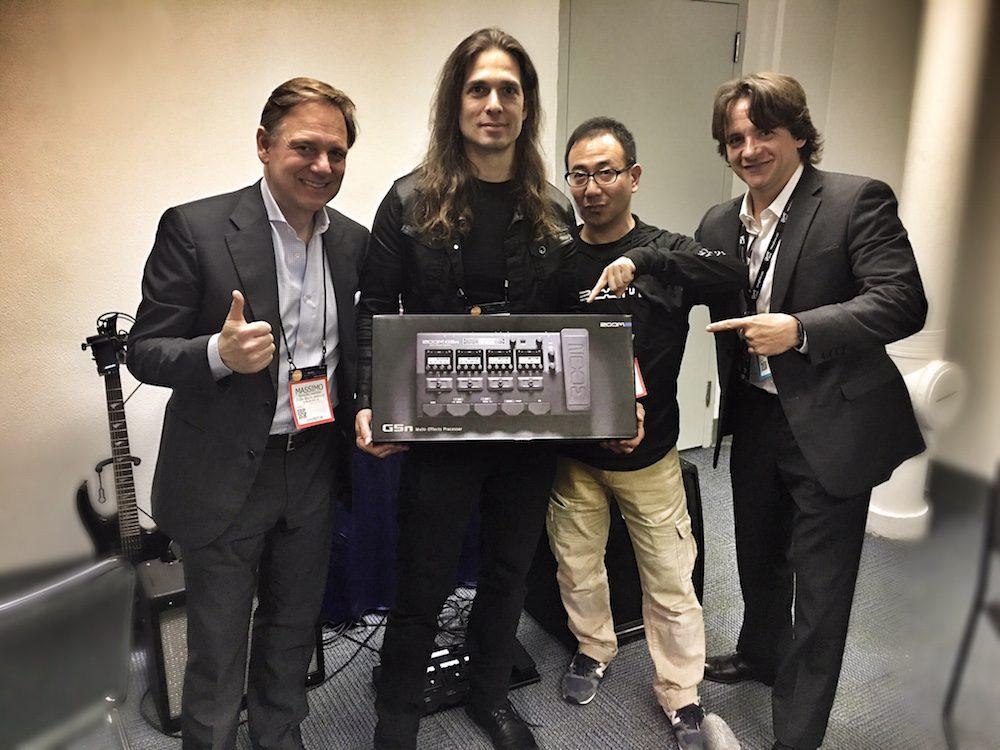 Massimo Barbini (Zoom), Kiko Loureiro, Hiro Iida (Zoom) e René Moura