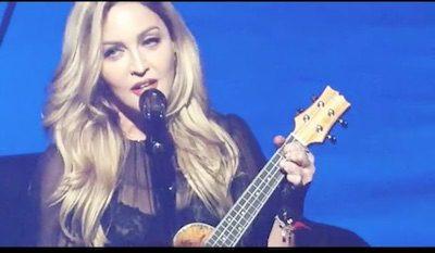 Cantora Madonna canta e toca Ukulele em show beneficente.