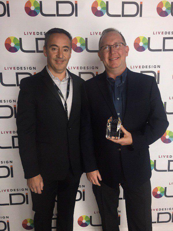 Toby e Eric com o prêmio que a luz Proteus recebeu