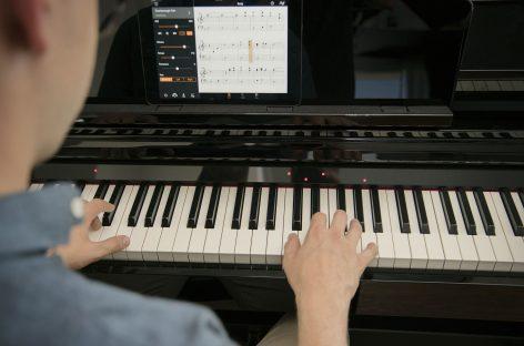 O piano Yamaha Clavinova CSP ensinará você a tocar suas músicas favoritas