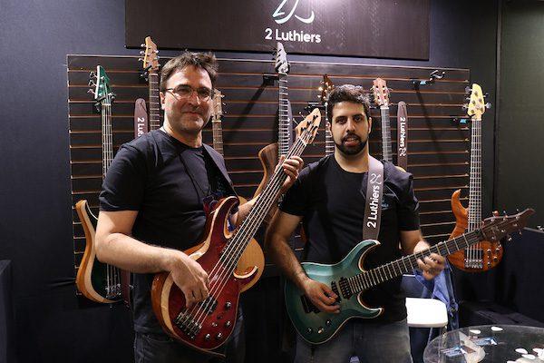 Giorgio esquerda e Rodrigo no stand luthiers na MSE copia
