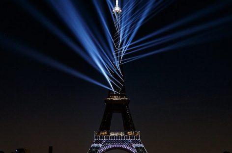 O 130º aniversário da Torre Eiffel foi iluminado com o Proteus Hybrid da Elation