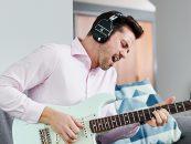 Boss lança fones Waza-Air com amplificador de guitarra incorporado