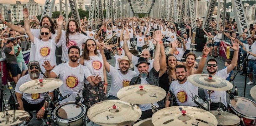 60 bateristas tocaram na ponte Hercílio Luz em Florianópolis