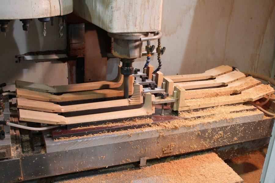 CNC trabalhando em braços de violões na Collings Guitars, no Texas/EUA.